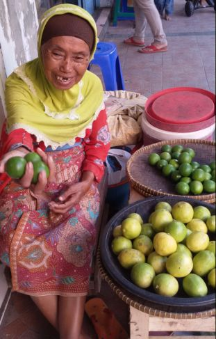 Mak Halimah, Potret Wanita Bekerja di Usia Senja
