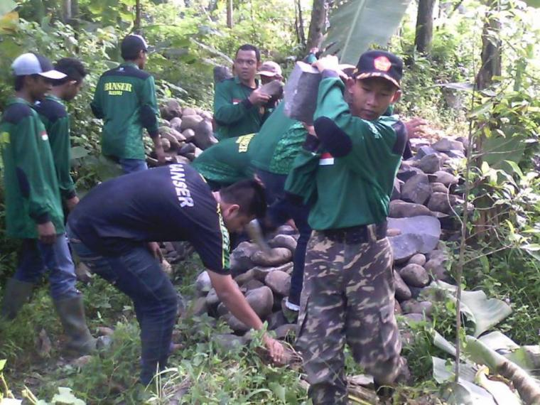 Karya Bhakti bersama Banser NU Kecamatan Kandangan di Desa Banaran