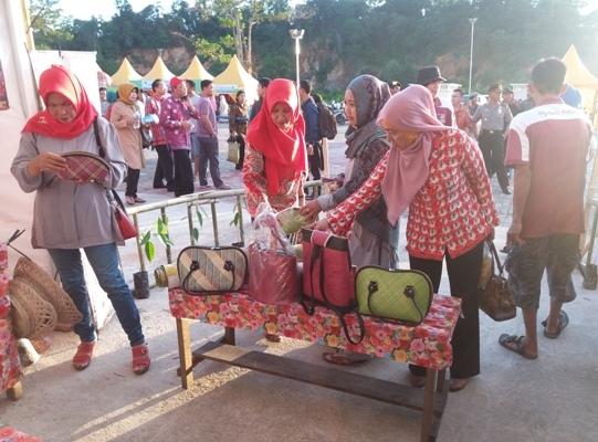 Adanya Ragam Tampilan Hasil Kerajinan Daerah Semoga Menjadi Geliat Pariwisata di Kayong Utara