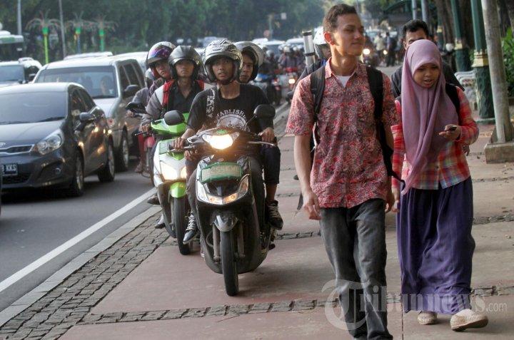 Trotoar di Antara PKL, Pengendara Motor dan Pejalan Kaki