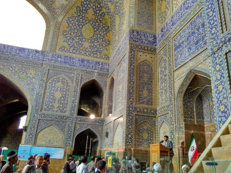 Pengalaman Berharga saat Jalan-jalan dan Salat di Iran