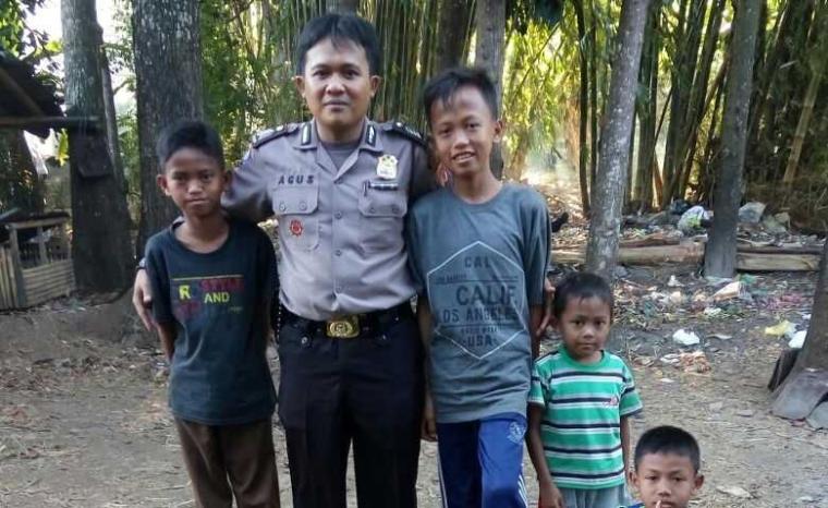 Bhabinkamtibmas Polsek Ciawigebang Rangkul Remaja dan Anak-anak