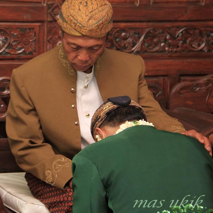 Sungkem, Mohon Doa Restu Orang Tua akan Perkawinan Kita