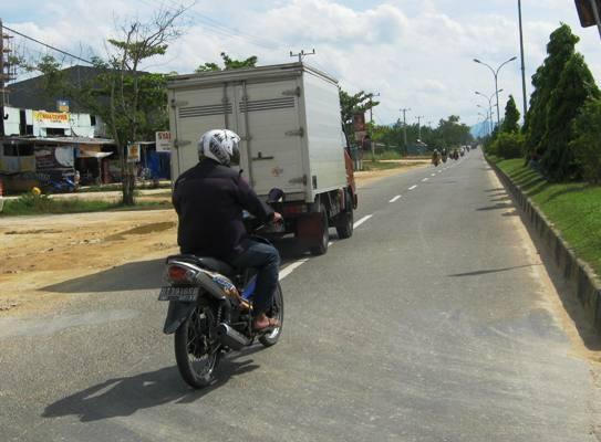 Hati-hati, Pelan di Jalan Raya Juga Bahaya Lho...