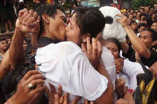 Tradisi Ciuman Bibir (Omed-omedan) Pemuda-pemudi