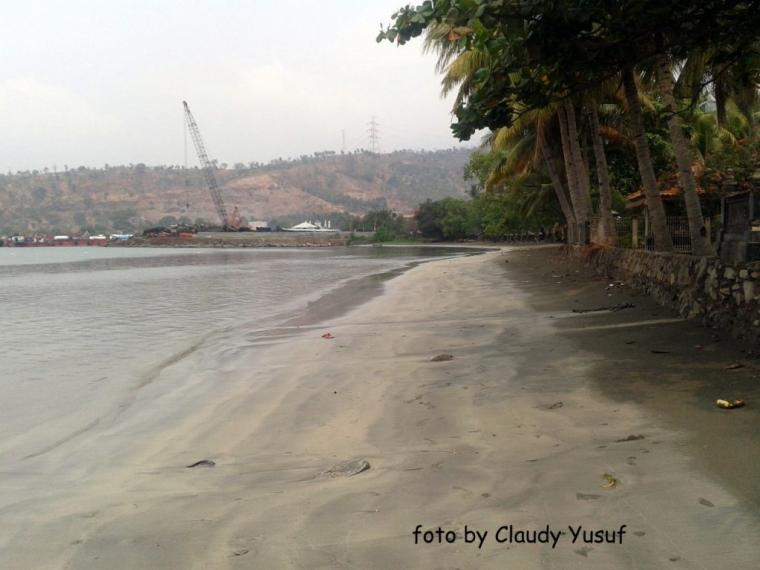 Pantai Pulorida yang Menawan Dengan Pemandangan Kapal Tongkang dan Pulau Kecilnya
