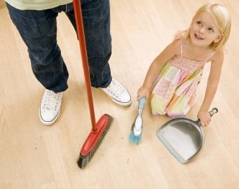 Mengajarkan Anak Melakukan Tugas Keseharian dalam Keluarga tanpa Iming-iming