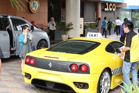 Gila, Di Jakarta Ada Taksi Ferrari dan Porsche, Gratis Pula!