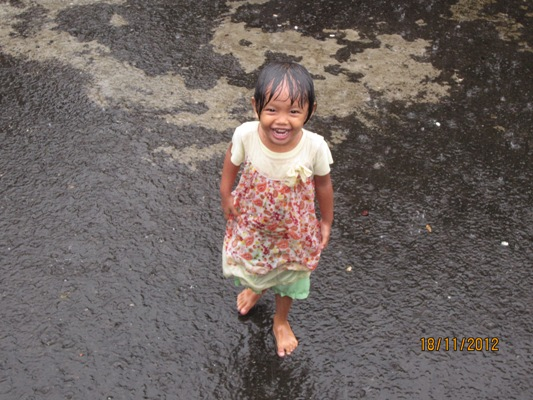 Kata Siapa Hujan-hujanan Bikin Anak Sakit?