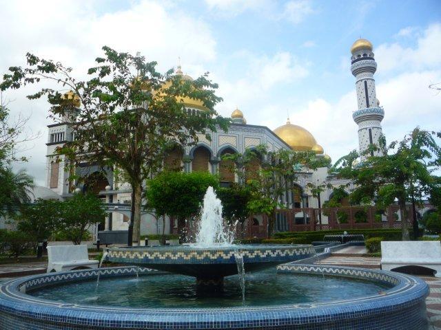Terpesona Taman dan Air Mancur Masjid Hassanal Bolkiah: Catatan Muhibah ke Brunei (7)