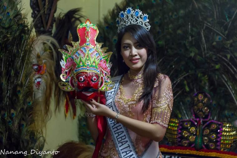 Lestari Adhelia: Puteri Indonesia Persahabatan 2015 Mengunjungi Pengrajin Reyog