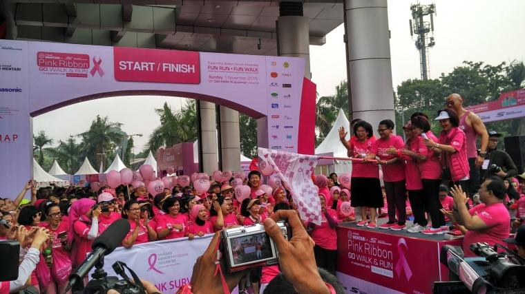 Kampanye Peduli Kanker Payudara, Jembatan Semanggi Berubah 'Lautan Pink'