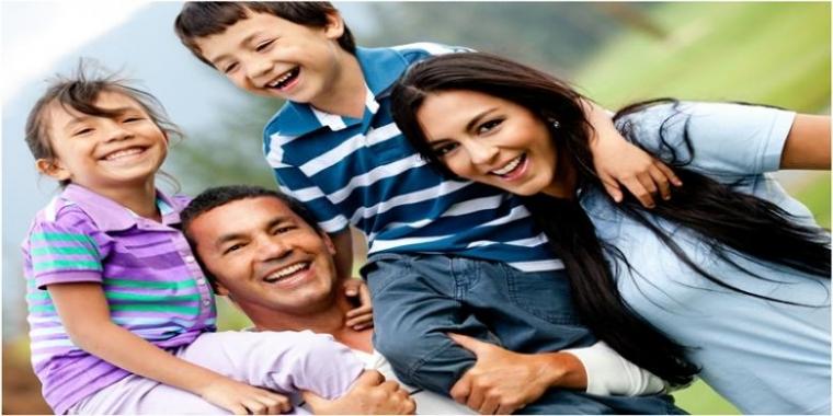Keluarga Bahagia Dan Keluarga Yang Tampak Bahagia Oleh Cahyadi
