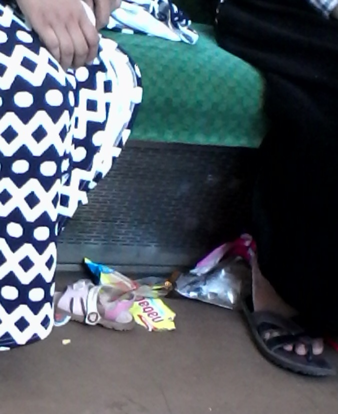 7 Perilaku Buruk Ibu-ibu di Commuter Line
