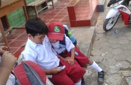 Masukan untuk Menteri Yohana dan Menteri Anies Terkait Larangan Bawa Ponsel Ke Sekolah