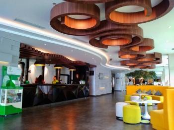 Warna Warni Ceria Ibis Styles Bali Petitenget Hotel Halaman