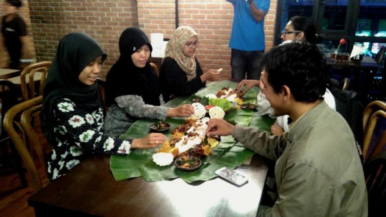 Nikmatnya Makan Sambil Kembulan di Kendi Indonesian Bistro