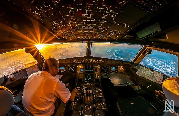 Penumpang Masuk ke Kokpit Pesawat Selama Terbang, Apakah Salah?