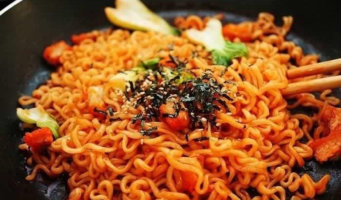 Memang yang Makan Mie Samyang Muslim Saja?