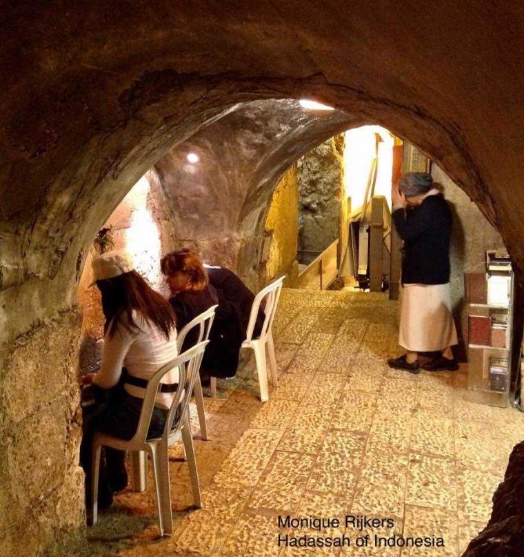 Melihat Terowongan di Bawah Tembok Ratapan, Yerusalem