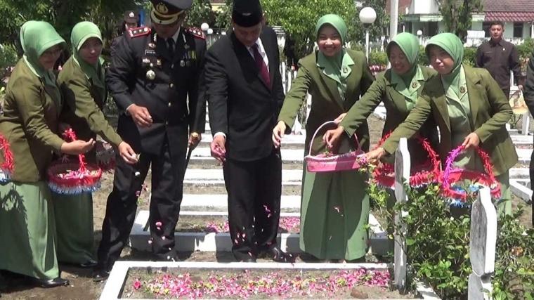 Tabur Bunga Warnai Peringatan Hari Pahlawan di Kediri