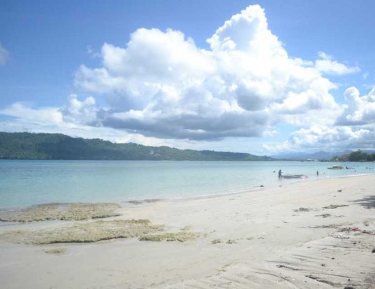 Menikmati Udara Sejuk di Pantai Natsepa Maluku