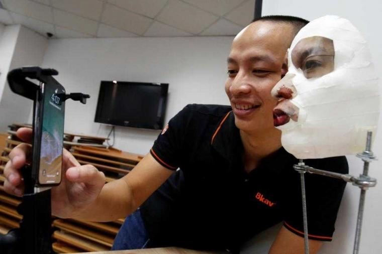 """Pemindai Wajah iPhone X Bisa """"Ditipu"""" dengan Topeng Canggih"""