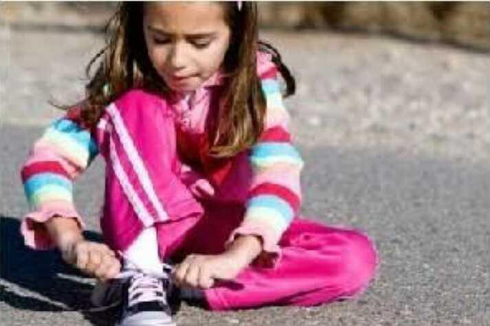 mandiri kuat tangguh memasang tali sepatu sendiri