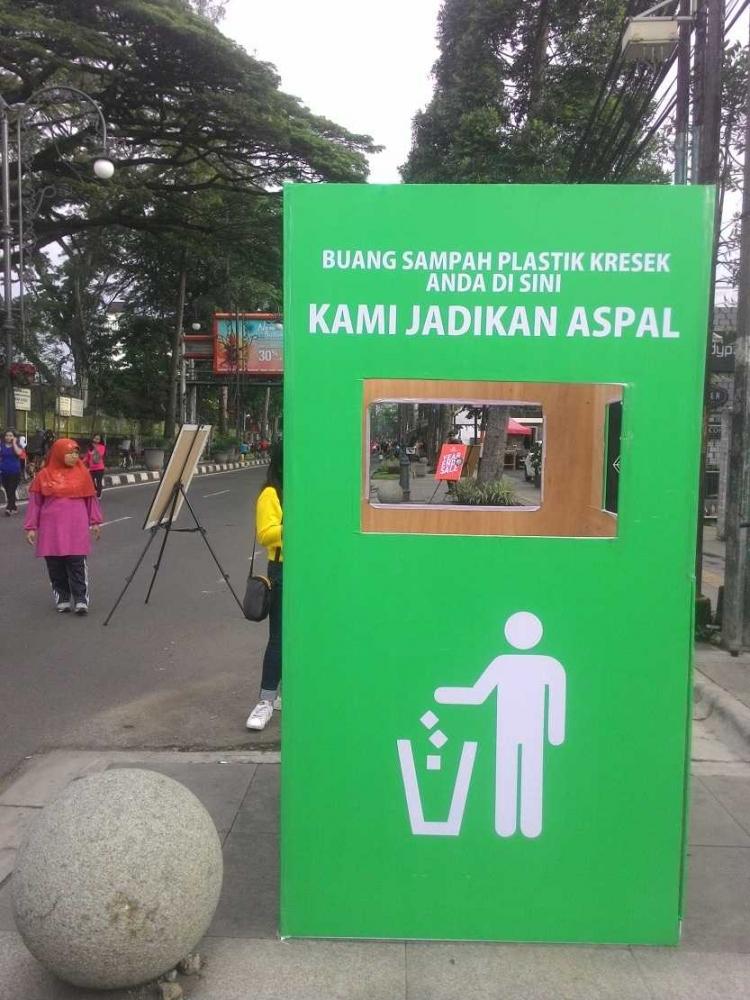 """Plastik """"Kresek"""" untuk Campuran Aspal (Sosialisasi Inovasi Balitbang PUPR di """"Car free Day"""" Bandung)"""
