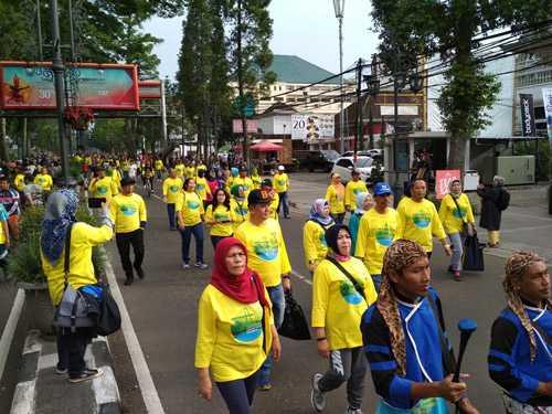 """Mengolah Sampah dari Dapur: Kampanye Lingkungan Sehat Balitbang PUPR di """"Car Free Day"""" Dago"""