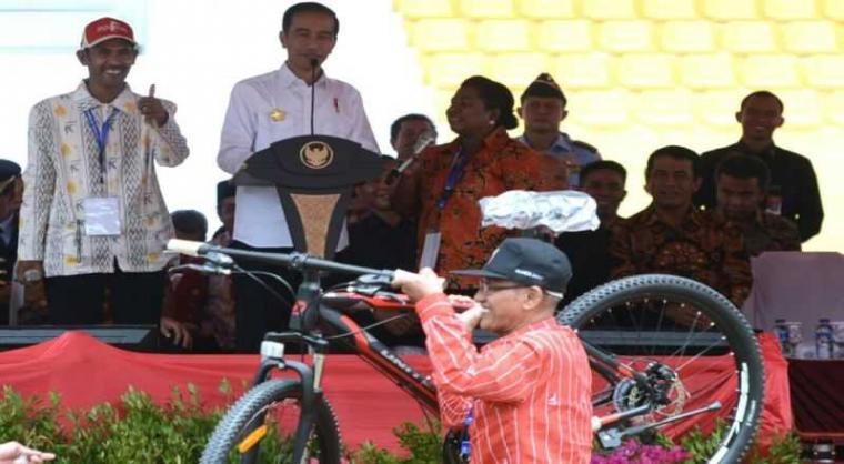 Presiden Joko Widodo Perlu Hati-hati soal Pemberian Hadiah Sepeda
