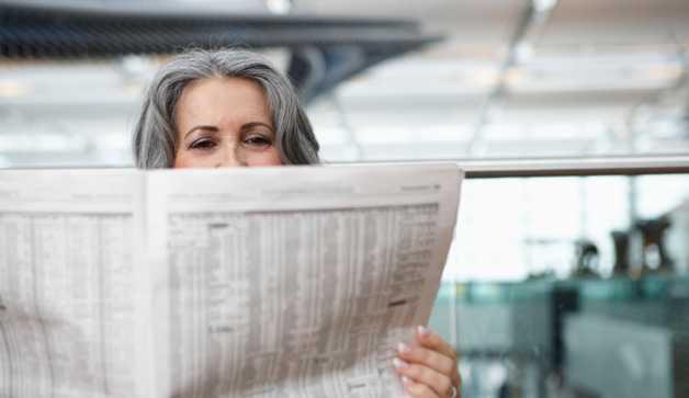 Keasyikan Membaca Koran yang Tak Terbeli oleh Gawai