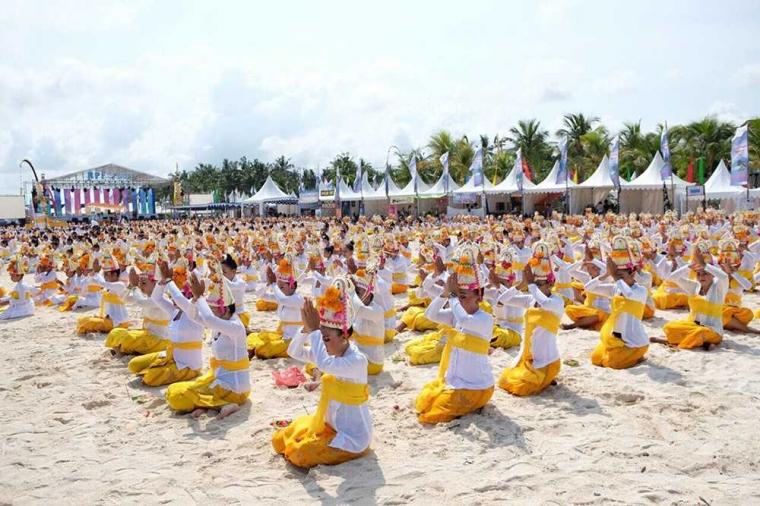 Lautan Penari Cantik di Pesisir Pantai Mahagiri dalam Nusa Penida Festival 2017