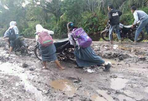 Keluh Kesah Siswi SMP di Banyuasin Soal Jalan Rusak Parah