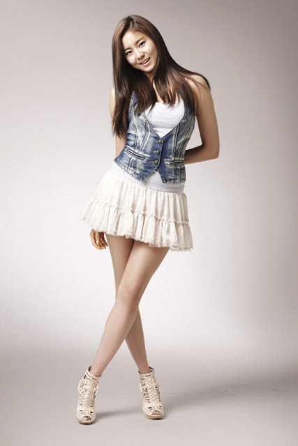 Tampil Menarik dengan Rok Mini, Sebuah Trend Busana Kekinian