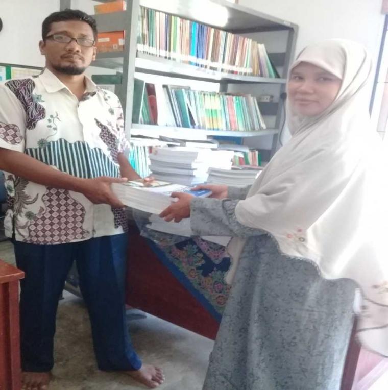 Dosen Polmed Membenahi Perpustakaan SMP IT Ali Bin Abi Tholib