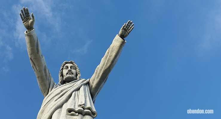 Borok di Kaki Patung Yesus Memberkati Toraja