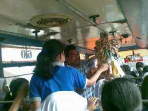 Pedagang Asongan Masih Diminati dan Kian Marak di Bus