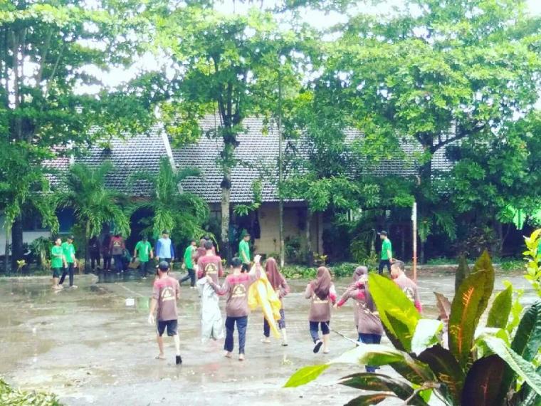 Cegah Banjir, Ambalan SMAN 1 Tegaldlimo Gali 100 Lubang Biopori