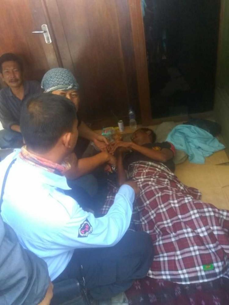 Satu Minggu Sakit dan Terlantar, Orang Ini Diselamatkan Petugas