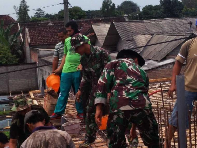 Soliditas TNI Polri lewat Karya Bhakti Pengecoran Masjid