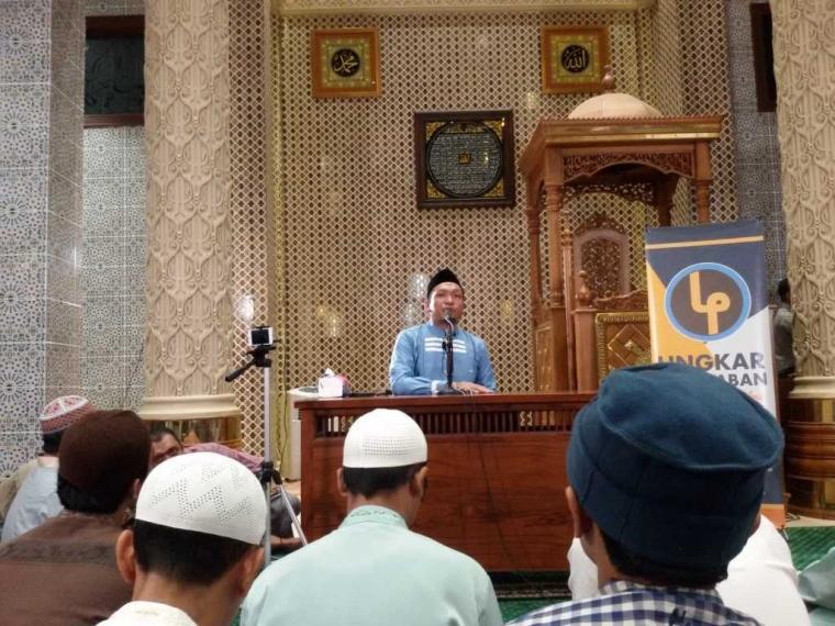 """Umat Muslim di Bali Hadiri Kajian Majelis """"Jejak Nabi"""" yang Disampaikan oleh Ustaz Salim A Fillah"""