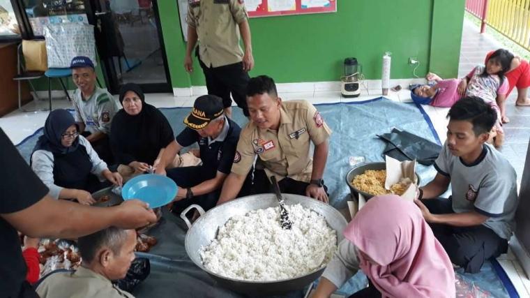Kisah Mereka yang Rela Membuatkan Makanan untuk Korban Banjir Jakarta