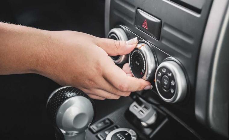 Tips Aman Menyalakan AC Mobil saat Panas Terik