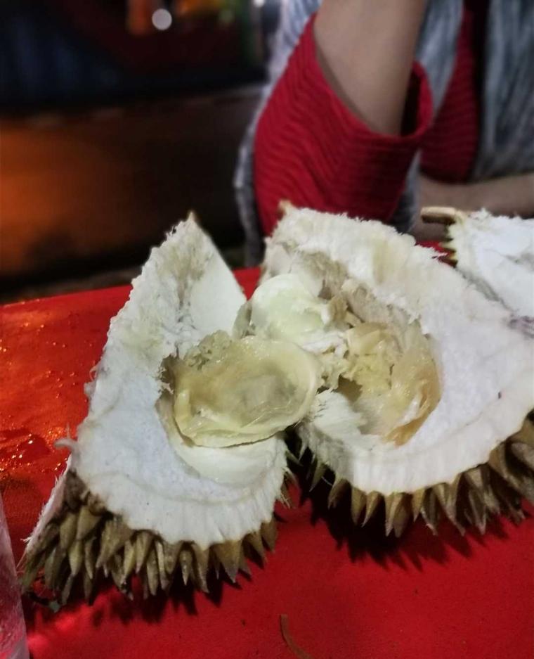 Menikmati Durian di Tepi Jalan