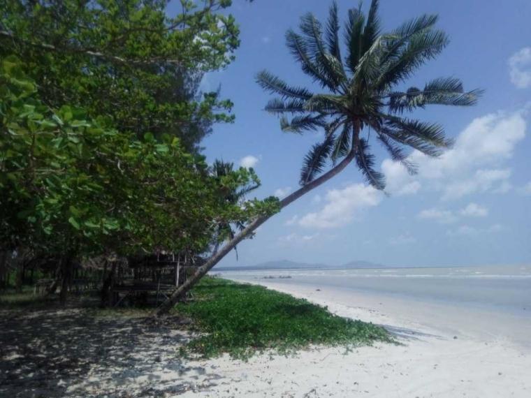 Keindahan Pantai Emas Air Anyir Bangka, di Antara Saung Tua