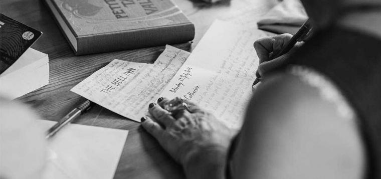 Menulis Fiksi, Bermain-main dengan Kesedihan