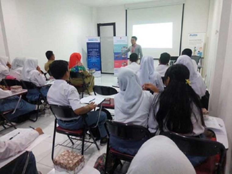 Siswa dan Guru SMAN 8 Mataram Belajar Saham