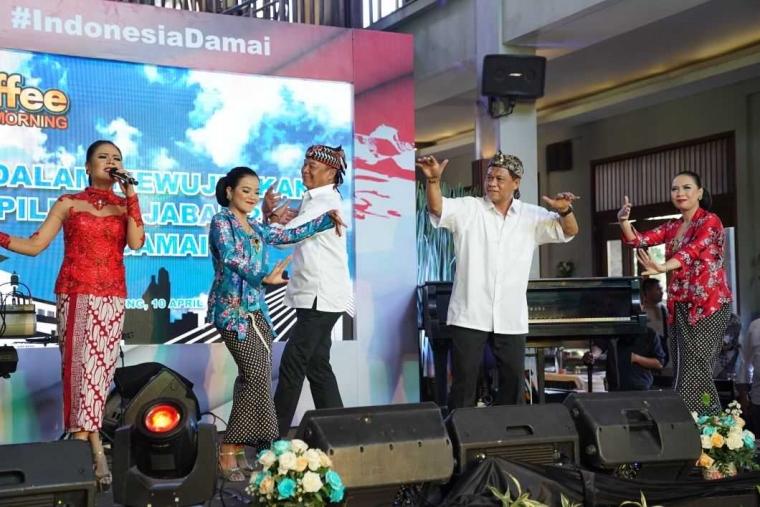 Kang Anton Bernyanyi Rock Sunda dan Ngerap
