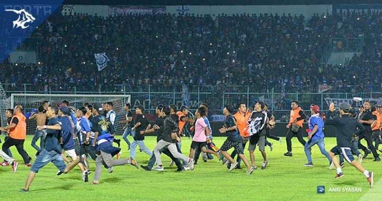 Duel Panas Arema FC vs Persib Dihentikan, Kepala Mario Gomez Berdarah